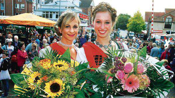 Die amtierende Mühlenkönigin Lisa Grimmig (links) und Mühlenprinzessin Ilona Mai. Bild: Oliver Braun