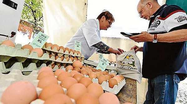 Sauberes Geschäft: Elfriede Backhaus verkauft seit über 30 Jahren Eier auf dem Markt in Kreyenbrück. Bild: Marc Geschonke
