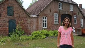 Eine Familie baut ihr Traumhaus und saniert uralte Scheune