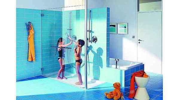 BADEZIMMER: Dusche bietet extra viel Platz