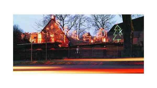 Weihnachtsbeleuchtung Für Hausgiebel.Weihnachtsschmuck Kreyenbrück Im Lichterschlitten Durch Dunkle Nacht