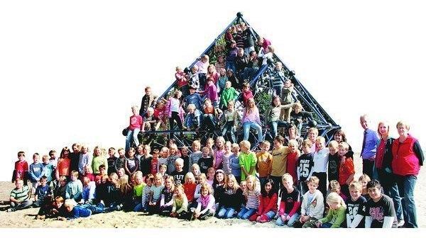 Klettergerüst Pyramide : Spende hude: schüler erobern neues klettergerüst in den pausen