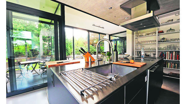hausbesuch b rgerfelde viel glas f r das wohnen im gr nen. Black Bedroom Furniture Sets. Home Design Ideas