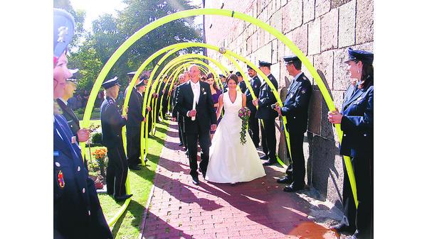Hochzeit Cleverns Feuerwehr Steht Spalier Vor Der Kirche