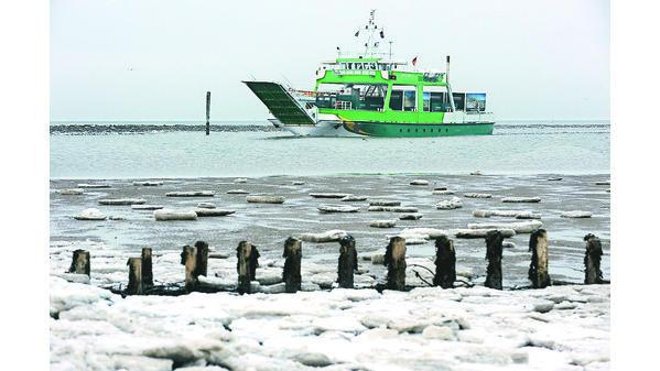Ostfriesische Inseln Fährschiffe Kämpfen Sich Durchs Eis