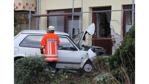 Metjendorf 57 Jahriger Rast Mit Auto In Wohnhaus