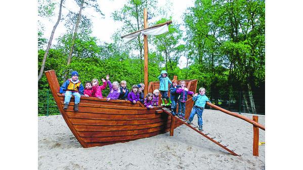 Klettergerüst Piratenschiff : Kinder klettergerüst im meer stadt sehr bunten rahmen stockfoto