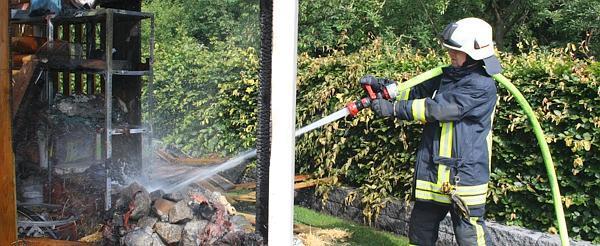 Schuppen Für Mülltonnen einsatz cloppenburg: mülltonnen-brand zerstört schuppen