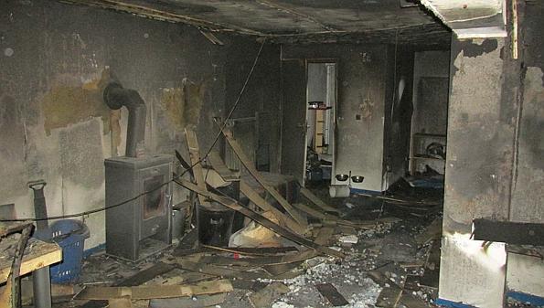 Einsatz Steinloge Flammen Zerstören Wohnzimmer