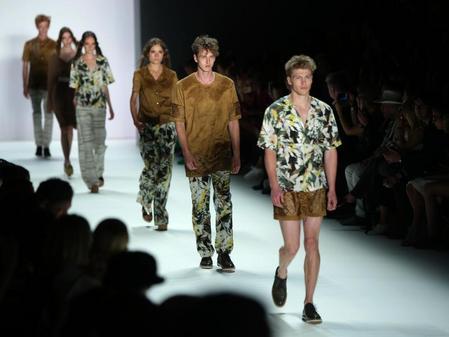 Schuhe ohne Socken  Das geht. Kreationen des Labels Barre Noire bei der  Berliner Fashion Week. Foto  Jörg Carstensen Bild  dpa-infocom GmbH ... f722dad78e