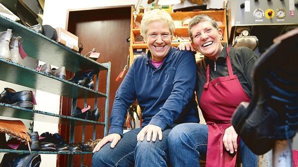 1f8a71a43b Zwei Frauen auf eigenen Füßen: Die Schuhmacherinnen Heidi Gaus (links) und  Monika Omniczynski können reparieren, und ihre eigenen Schuhe herstellen –  für ...