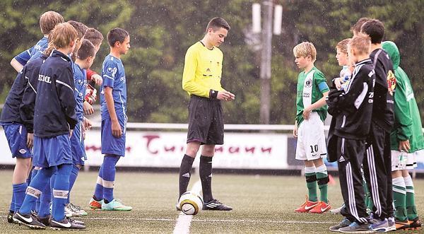 Jugend Fussball Schiedsrichter Pfeifen Auf Dumme Spruche