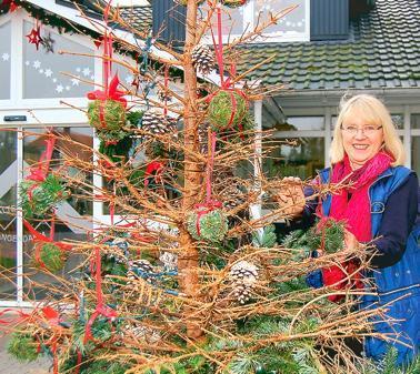 Geschmuckter weihnachtsbaum ohne nadeln