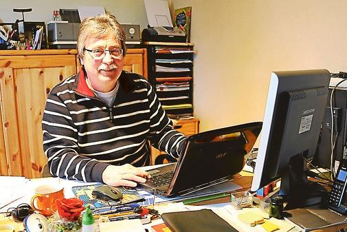 Siegfried Gaida Hat Sich In Seinem Haus In Nordenham Ein Kleines Büro  Eingerichtet, Wo Er Viel Arbeit Für Den Kreissportbund Erledigt.