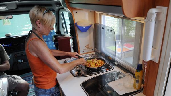 von outdoor bis wohnmobil die camping k che richtig ausstatten. Black Bedroom Furniture Sets. Home Design Ideas