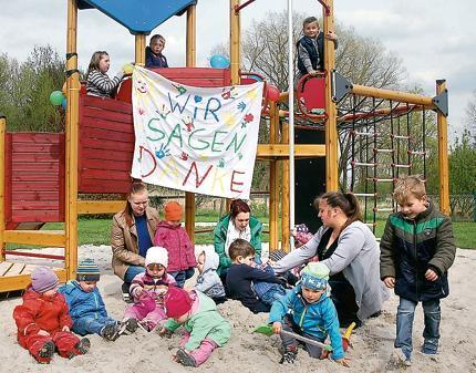 Klettergerüst Wohnzimmer : Kinder freuen sich über neues klettergerüst