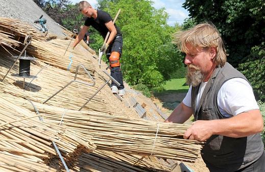 Handwerkskunst Reetdachdecken Gefragt Bis In Die Schweiz