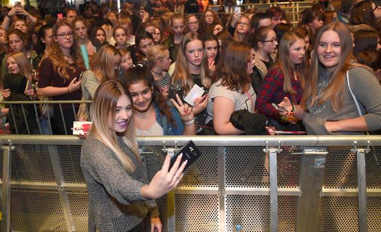 Generation Selfie Feiert Ihre Youtube Idole In Bremen