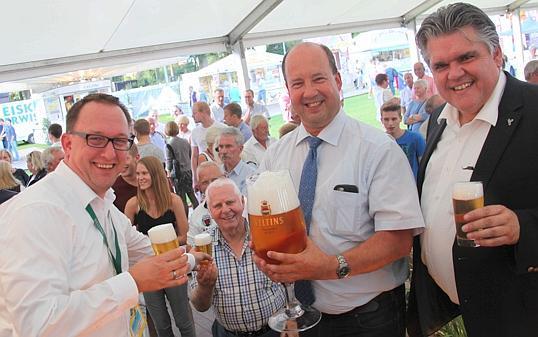 Feier Rastede Prost Ellernfest Anstoßen Zum 40 Geburtstag