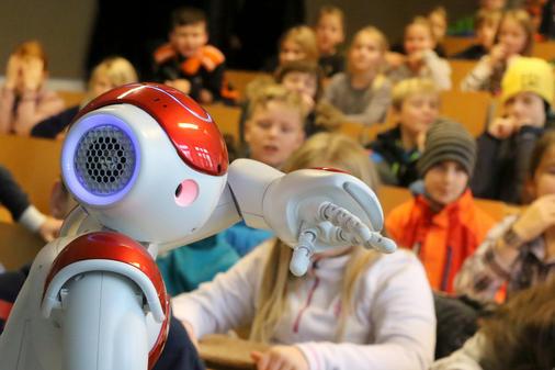 Weihnachtsvorlesung Oldenburg: Singende Roboter begeistern Grundschüler