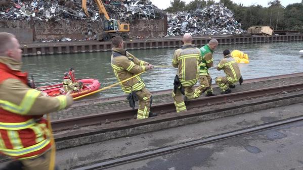 Feuerwehr Hievt Auto Aus Dem Wasser: Gestohlenes Fahrzeug im