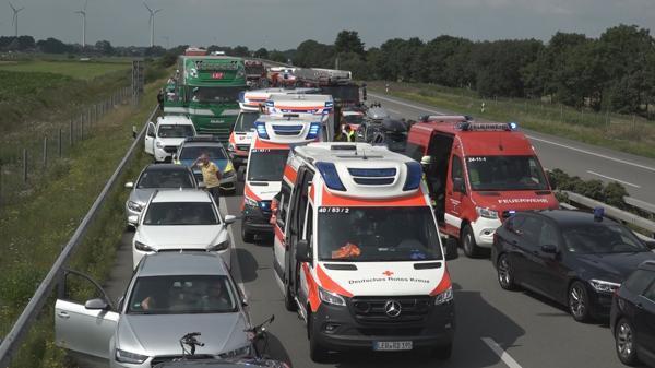 Leer: Oberhausener stirbt bei Massenkarambolage in Ostfriesland - 19 Verletzte