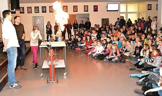 Feuershow für neugierige Grundschüler: Der Fachbereich Chemie verblüffte die Kinder mit Reaktionen von Holzmehl, Eisen und Magnesium.