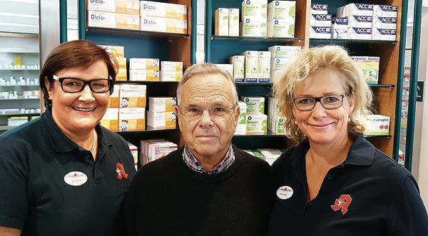3421fb231a30e8 50 Jahre Marien-Apotheke  Anke Böhmen (links) und Karin Zweigle stehen mit  ihrem Onkel und Gründer