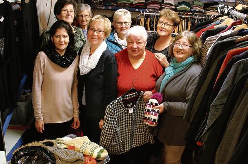6e81d69dd606f1 Mit Mütze und Schal in die restliche kalte Jahreszeit  Die Frauen des  Barßeler SkF-Lädchens präsentieren die Ware zum Winterschlussverkauf.