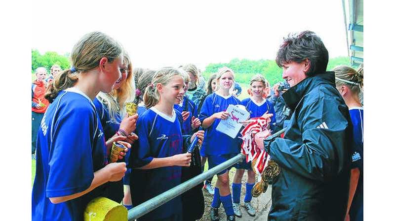 Sport SCHARREL: Mädchen feiern ein großes Fußballfest