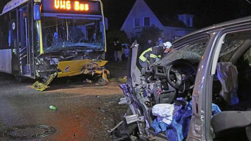 unfall in oldenburg auto kracht frontal in bus zwei schwerverletzte. Black Bedroom Furniture Sets. Home Design Ideas