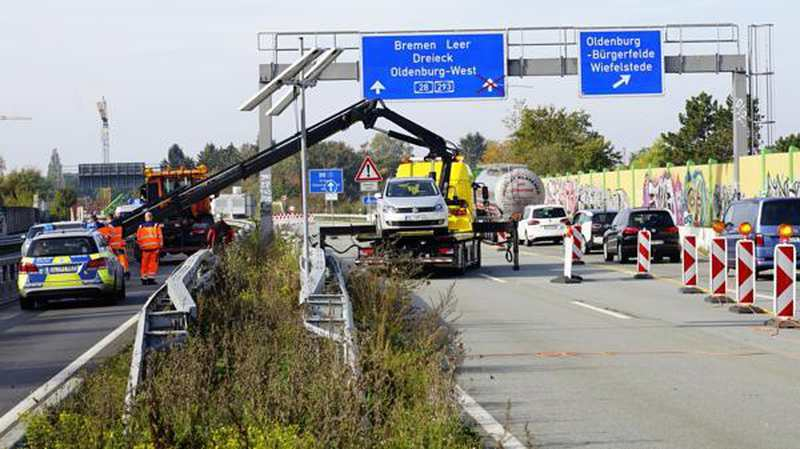 unfall in oldenburg laster schiebt auto in baustelle a293 gesperrt. Black Bedroom Furniture Sets. Home Design Ideas